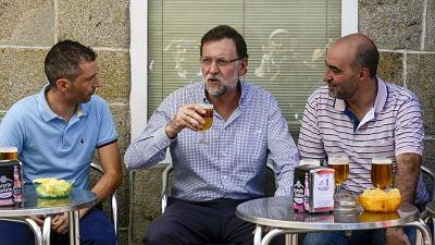 cerveza-deporte-y-besos-las-vacaciones-de-mariano-rajoy-en-galicia-en-imagenes_opt