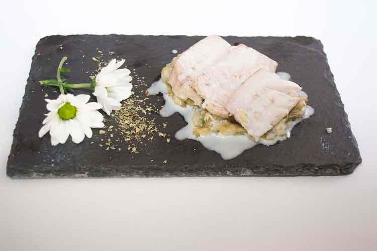Lomo-de-atún-cocinado-a-baja-temperatura-sobre-una-cama-de-berenjena-asada-Cerveceria Avila